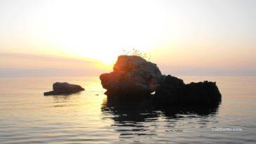 Benitses - An den Felsen von Laopetra