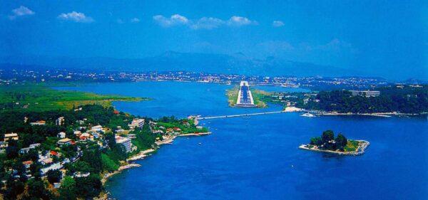 Korfu Flughafen und Maus Insel aus dem Flugzeug