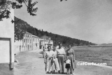 Benitses – Vor einer Bäckerei 1953
