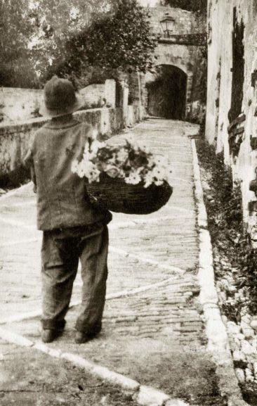 Benitses - Junge mit Blumen in San Stefano Haus-1920