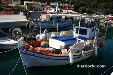 Benitses, ein Fischerboot im Hafen