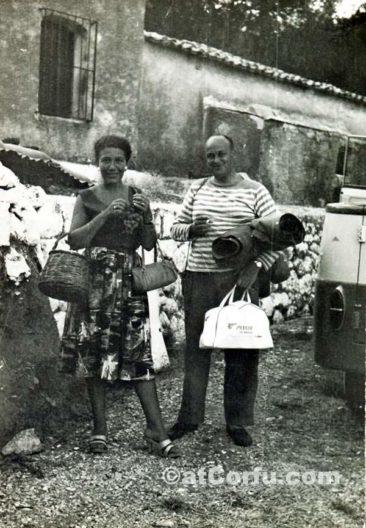 Benitses - Touristen in den Hügeln von San Stefano