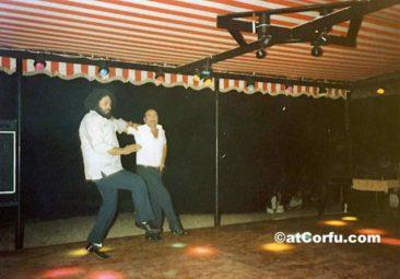 Benitses - Spiros und Giannis tanzen 1978