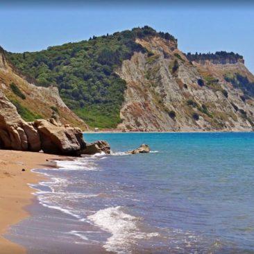 Arkoudila Bay Beach mit majestätischen Felsen