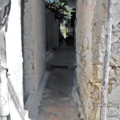 Benitses Straße zu römischen Bädern