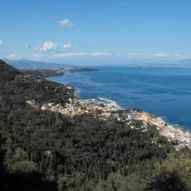 Benitses Blick vom Dorf von Stavros