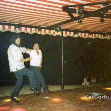 Benitses - Spyros und Giannis tanzen in Spiros am Strand-1980