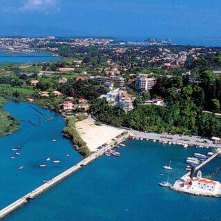 Der Flughafen von Korfu hinter der Mausinsel