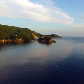 Nähern sich Limni Strand in Westkorfu