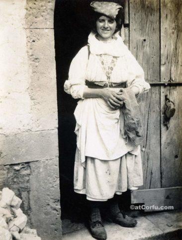 Παλιές φωτογραφίες της Κέρκυρας- μια γυναίκα 1920