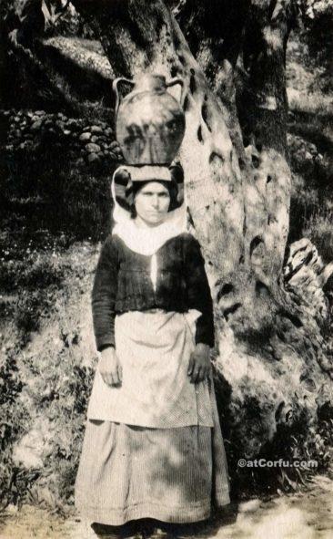 Παλιές φωτογραφίες της Κέρκυρας- γυναίκα κουβαλάει νερό 1930