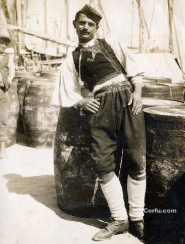 Παλιές φωτογραφίες της Κέρκυρας- εργαζόμενος στο λιμάνι